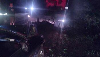 Neblina atrapalha, motorista perde controle da direção e bate em carreta na BR-262