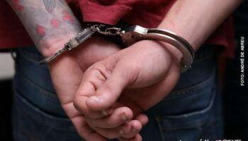 Rapaz é preso com arma e munições escondido em matagal