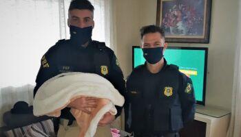 Policiais que salvaram vida de bebê ganham almoço especial
