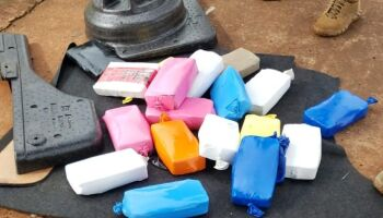 Irmãs são presas transportando cocaína em porta-malas de veículo