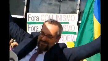 VÍDEO: Weintraub entrega depoimento no inquérito do 'Flango' e sai carregado por apoiadores