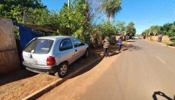 Jovem dorme ao volante, invade muro da casa de idosos e abandona carro