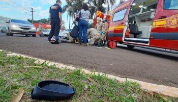 Motociclista bate em carro em rotatória e é socorrido pela mãe na Vila Morumbi