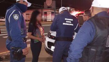 Comércio é notificado e mulher vai parar na delegacia por dirigir bêbada durante toque de recolher