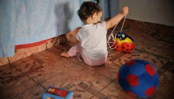 Sem alternativa, mãe leva filha ao trabalho e aumenta riscos de contaminação na pandemia