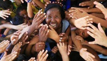 NOTÍCIA BOA: analfabeta, ex-gari transforma a vida de 360 crianças carentes