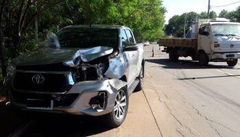 VÍDEO: caminhão acerta e destrói frente de Hilux na Vila Ipiranga