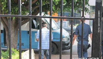 Ex-marido surta, quebra porta de vidro no chute e ameaça matar mulher