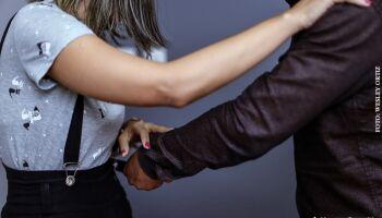 Homem esfaqueia ex-mulher e divulga foto na internet