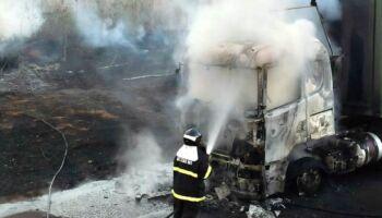 Carreta carregada com celulose pega fogo em Três Lagoas