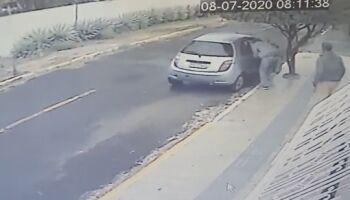 VÍDEO: na 'cara dura', ladrões arrombam casa no Giocondo Orsi