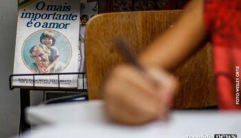 Professor suspeito de estuprar alunas e provocar aborto em uma das vítimas é preso