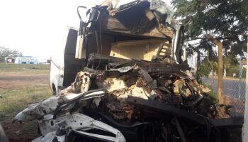 FAMÍLIA: três morrem e um fica em estado grave em acidente entre van e carreta na MS-040