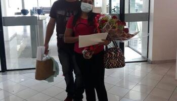 Ao se curar da covid-19, paciente é pedida em casamento na saída do hospital