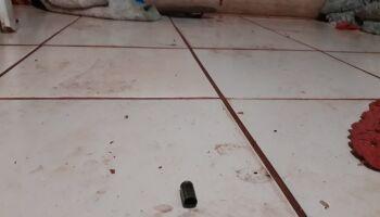 Homem é assassinado enquanto dormia em colchão na sala de casa