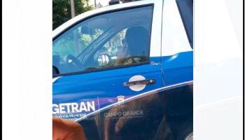 Agente de trânsito flagrada 'dirigindo' e falando ao celular é 'inocentada' por falta de provas