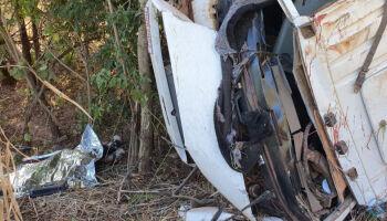 Caminhão cai em ribanceira e mata ocupante na hora, na Serra da Alegria, em Coxim