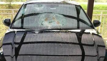 Problemático! Homem que ofendeu motoboy já destruiu carro de vizinha em SP; veja o vídeo