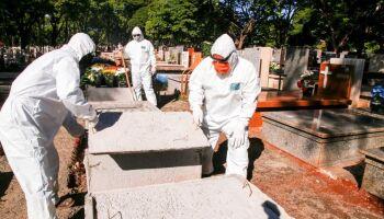 Mortes por covid no Brasil se mantêm acima de mil por dia