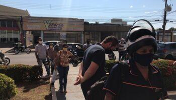 Clientes se aglomeram em fila de banco e um passa mal na avenida Bandeirantes