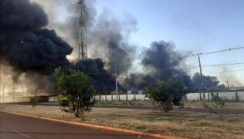 VÍDEO: incêndio gigantesco atinge galpão no Indubrasil