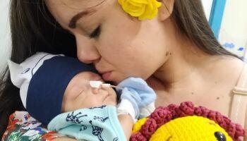 Mãe deu à luz a gêmeos com covid-19, apenas um sobreviveu e ela luta para mantê-lo com saúde