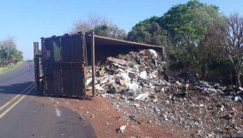 Caminhão de entulhos tomba na BR-262