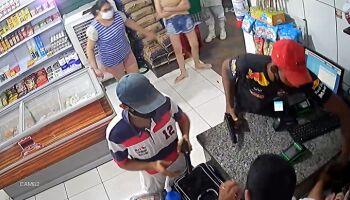 Bandidos tentam assaltar comércio com arma de brinquedo nas Moreninhas; assista