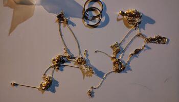 Mulher furta joias, inventa nome falso e joga objetos dentro de viatura