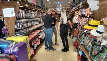 Força-tarefa faz devassa em lojas 'xing ling' e flagra 'show de riscos' ao consumidor na Capital