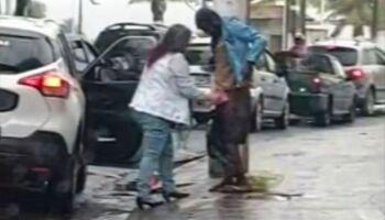 Exemplo: Mulher desce do carro, agasalha morador de rua na chuva e comove a todos