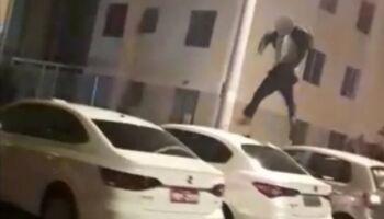 Vídeo: tentando imitar cena de filme, jovem pula em cima de automóveis, cai e quebra a perna