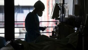 Brasil tem 317 mortes por covid-19 em 24 horas e total chega a 142 mil