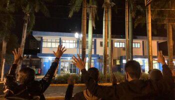 Após vigílias em frente a hospital, família celebra 'milagre' por homem que caiu do telhado