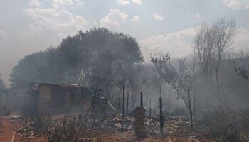 VÍDEO: incêndio atinge favela e moradores tentam salvar o pouco que têm no Jardim Noroeste