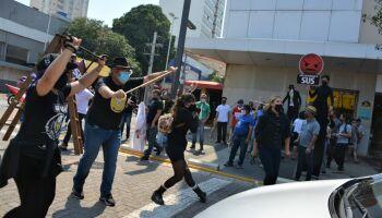VÍDEO: com cruzes e caixão, CUT protesta contra reformas de Bolsonaro na 14 de Julho