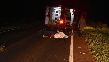 Mulher invade pista, bate moto em carreta e morre na BR-267