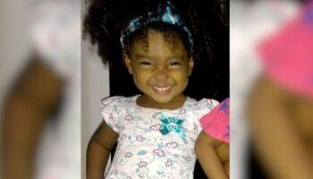 Criança morre com tiro na cabeça enquanto brincava na porta de casa