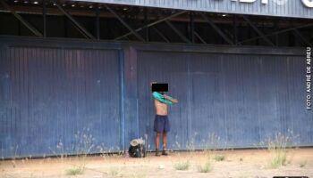 Revoltado por atraso de passagens para SP, morador de rua ameaça funcionários de abrigo