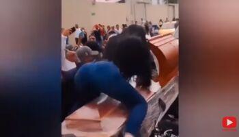 VÍDEO: ao som de música 'caliente', mulher rebola em cima de caixão em funeral no Equador