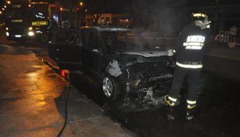 Após pagar duas parcelas do carro, motorista vê veículo ser destruído pelo fogo