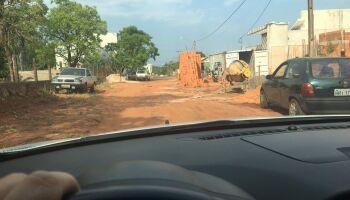 Donos da rua? Material de construção toma rua e atrapalha motoristas