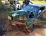 Motorista desvia de buraco, mas bate carro em muro de residência