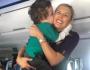 Mãe emociona ao agradecer comissária que acalmou filho autista em voo