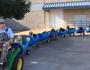 Idoso constrói 'trem' para passear com cachorros adotados