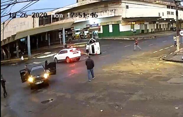 Câmera flagra acidente com carro tombado na antiga Rodoviária de Campo Grande; veja o vídeo