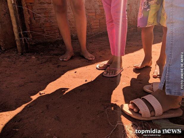 Mãe é presa após enfiar palito no ânus da filha e obrigar criança a sentar no tijolo quente