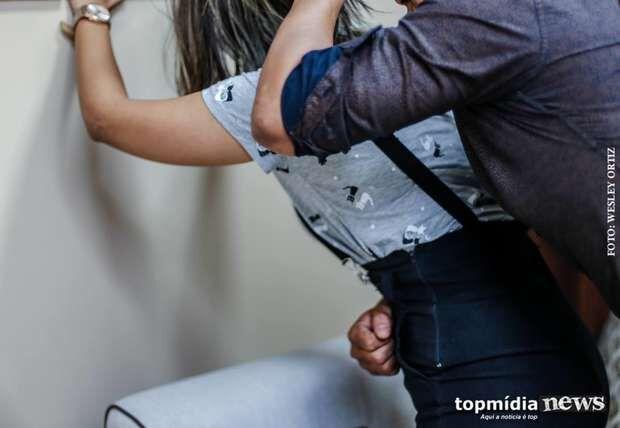 Covardia': grávida leva 'vassouradas' enquanto lava banheiro de casa no Nova Lima