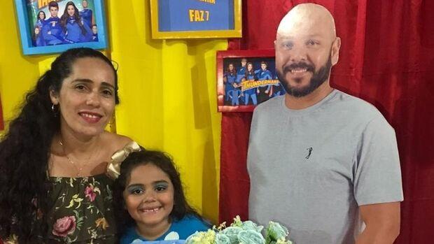 Filha comemora aniversário com foto em tamanho real do pai, morto há um ano