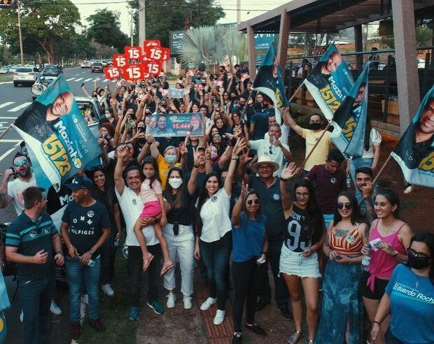Acabou a pandemia? Márcio Fernandes aglomera apoiadores sem máscara em Campo Grande
